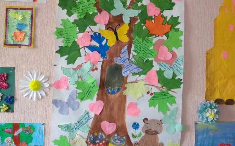 Наша Игровая комната, здесь всегда светит солнышко  и цветёт чудо-дерево. Все работы созданы руками детей.